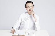 记录工作的职业女性图片