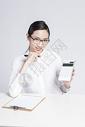 拿着计算机的职业女性图片