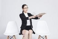 拿着文件夹的职业女性图片