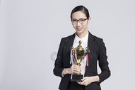 拿着奖杯的职业女性500842274图片