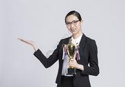 拿着奖杯的职业女性图片