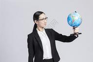 拿着的地球仪的职业女性图片