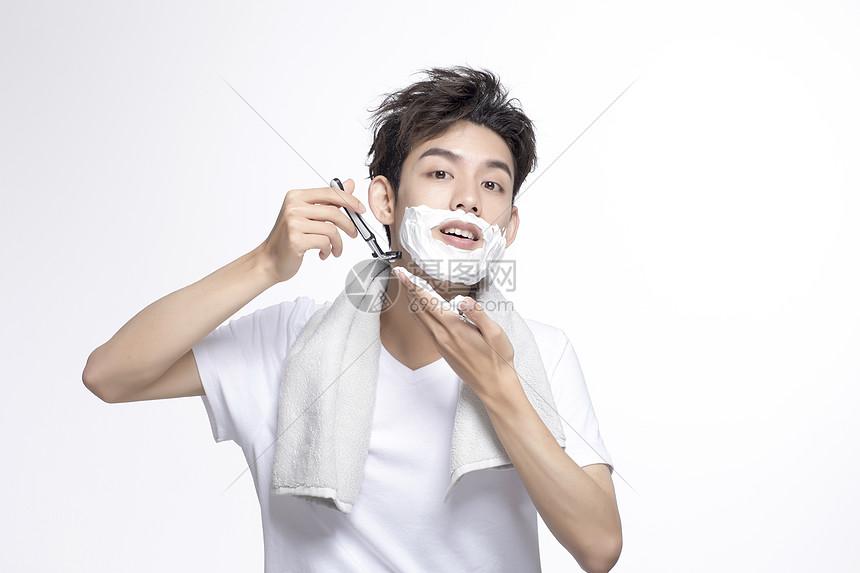 青年男性刮胡子图片