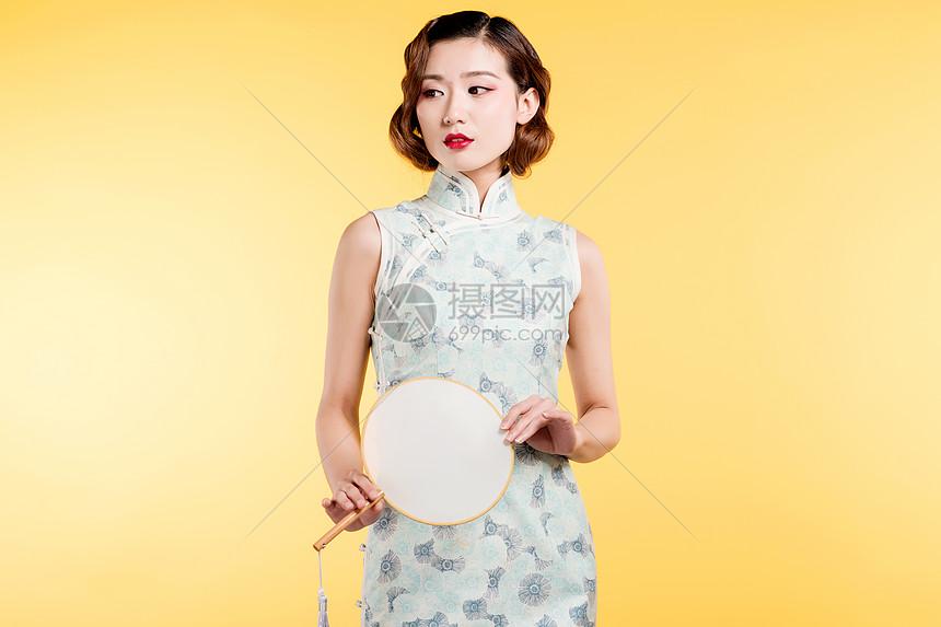 民国风古典美女手持蒲扇图片