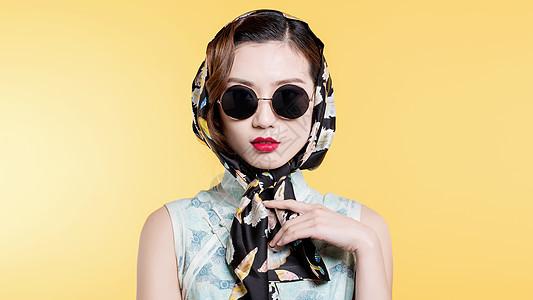 民国风古典美女戴着头巾墨镜装扮图片
