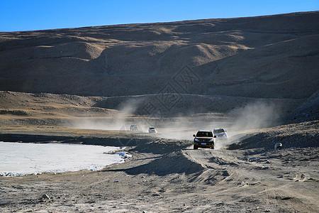 高原无人区驰骋的越野车图片