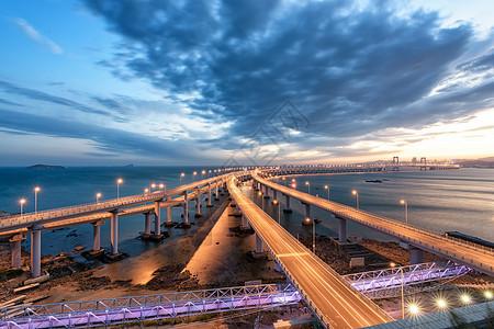 云霞映衬下的跨海大桥图片
