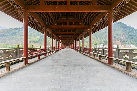 建立在山中的中式廊庭图片