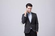 商务男性使用手机图片