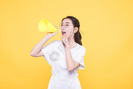 青春大学生拿喇叭喊话图片