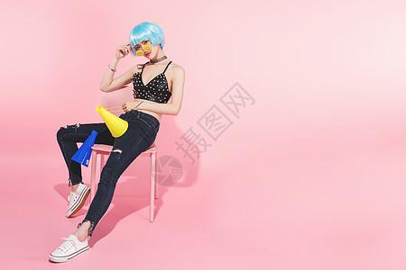 时尚性感美女拿着彩色喇叭图片