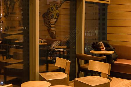咖啡馆青年女性睡觉图片
