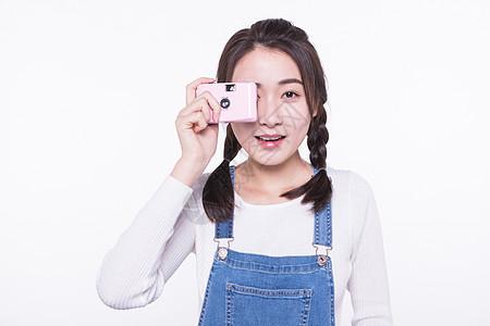 青春大学生手拿相机拍照图片