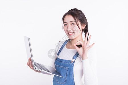 青春大学生用电脑学习图片
