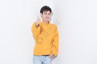 青年男性点赞手势图片