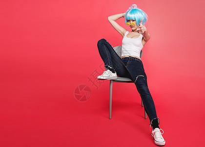 时尚年轻美女倚着椅子图片