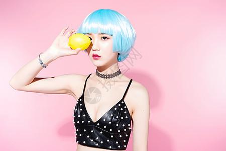 性感时尚美女与柠檬图片