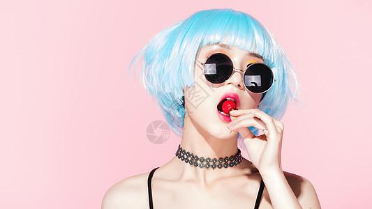 性感时尚美女吃樱桃图片