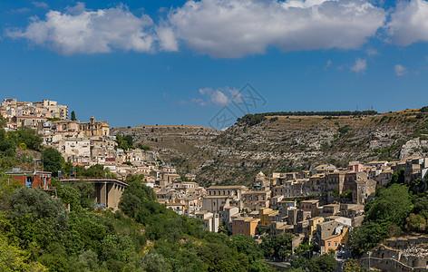 建在山谷里的意大利古城图片