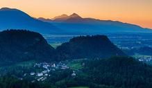 阿尔卑斯山谷里的日出图片