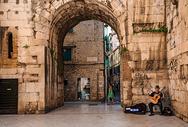 欧洲古城墙下的演奏者图片
