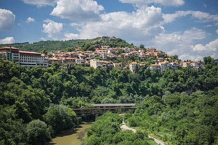 群山环绕的欧洲旅游小镇图片