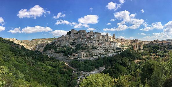 意大利山谷中的古城全景图图片