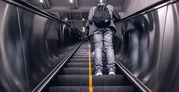 上行的电梯图片