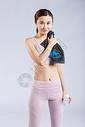 运动完擦汗的年轻女人图片