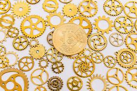 金色齿轮比特币图片