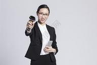拿着手机扫码的职业女性500850023图片