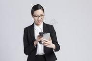 拿着手机扫码的职业女性500850024图片
