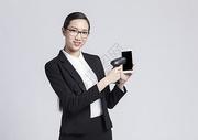 拿着手机扫码的职业女性500850025图片