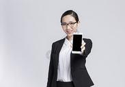 拿着手机扫码的职业女性图片