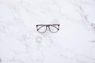放在大理石上的眼镜图片