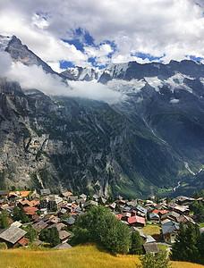 瑞士阿尔卑斯山山脚下的村庄图片
