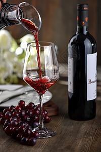 高脚杯倒红酒图片