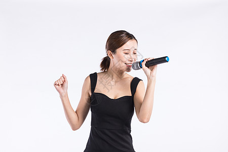 青年女性唱歌高清图片