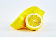 切开的柠檬和完整的柠檬图片