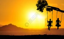 夕阳下玩耍的小孩图片