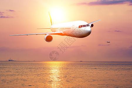夕阳下飞行图片