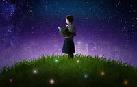 夜晚草地中的女孩图片