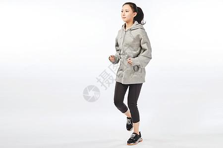 青年女性跑步动作图片