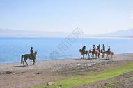 新疆赛里木湖湖边骑马的哈萨克族少年们图片