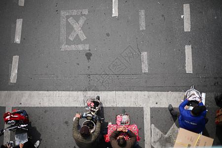 遵守交通法规准备通行图片