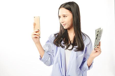 年轻女孩手机购物动作图片