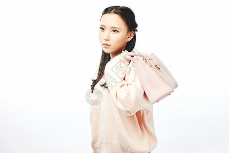 年轻女孩背包购物动作图片