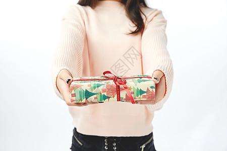 年轻女孩收到送出礼物动作图片