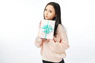 年轻女孩收到礼物表情动作图片