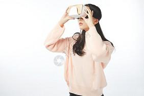 年轻女孩使用虚拟现实动作图片